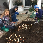 kids-planting-bulbs